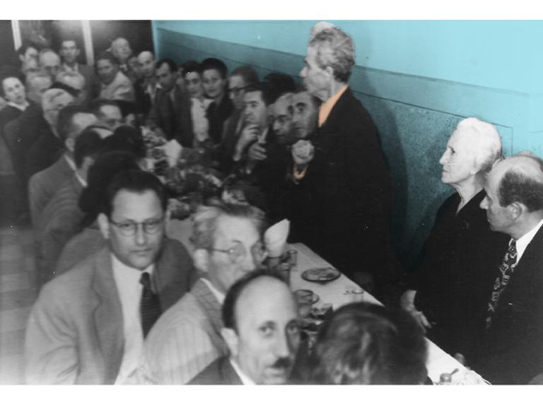 אסיפת בונדאים בבית ברית העבודה. יושבת מימין: איטה צלביץ'. עומד לידה: בן ציון צלביץ'