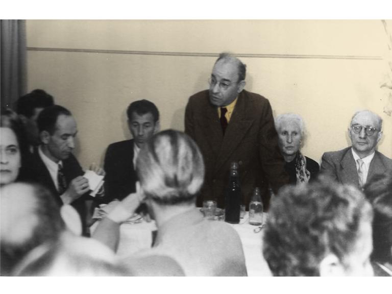 ארטוסקי וחברים באסיפה