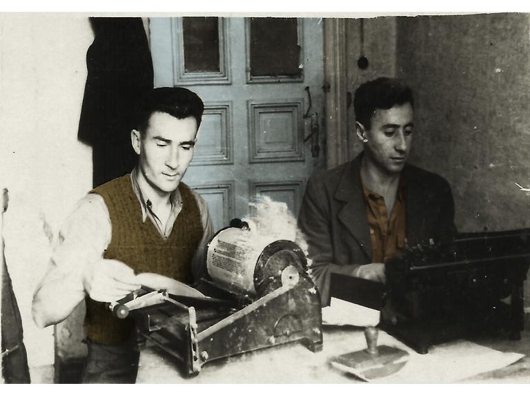 יצחק לודן וחבר בבית דפוס של הבונד