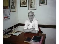 יוסף פריינד על שולחן המזכיר בבית ברית העבודה