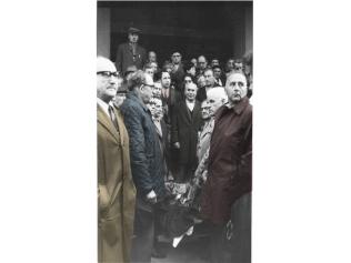 """בונדאים בלוייה של ארטוסקי בכניסה לבית ברית העבודה, קלישר 48 ת""""א. ראשון מימין: מנדל שיין"""