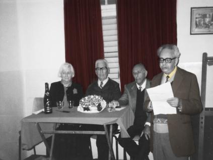 אהרון שפירא בנאום לכבוד האחד במאי. יושבים מימים לשמאל: מנדל שיין, בונדאי, דינה שיין