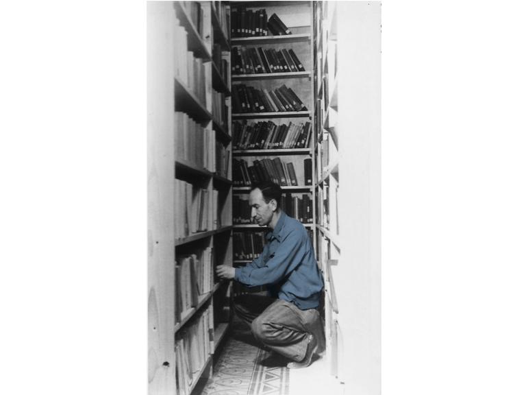 מסדרים הספרייה בבית ברית העבודה
